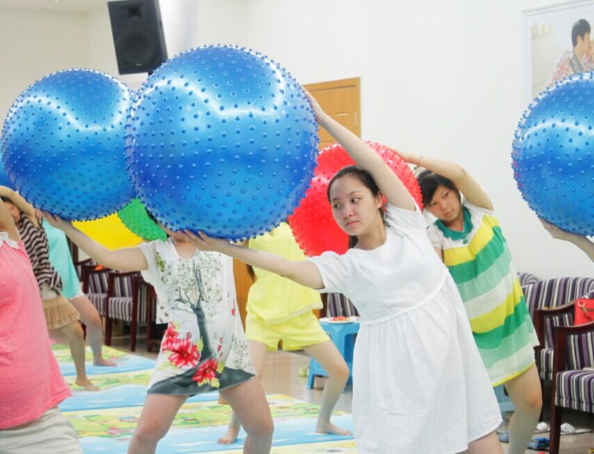 孕妈咪享受球操带来的乐趣